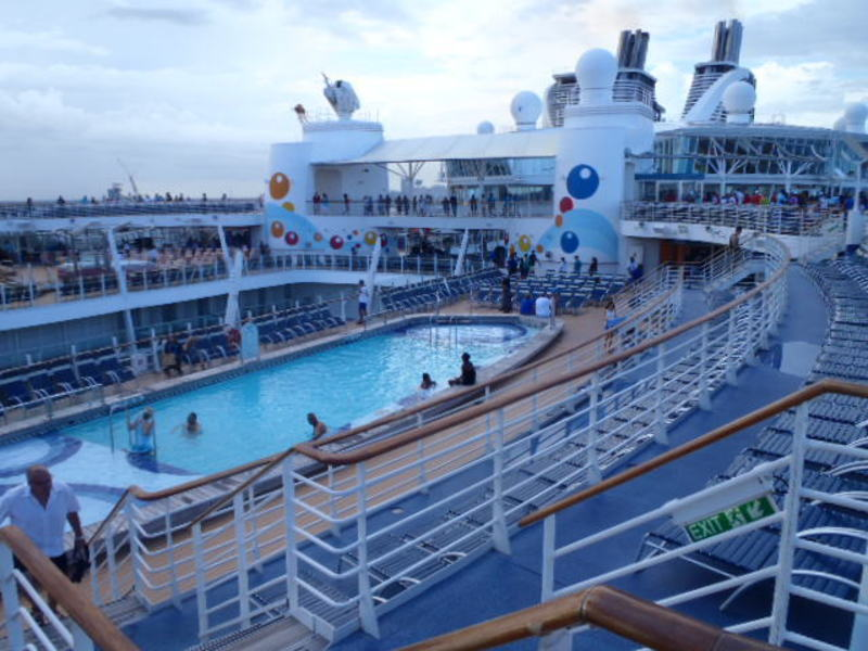 Pool deck - Oasis of the Seas