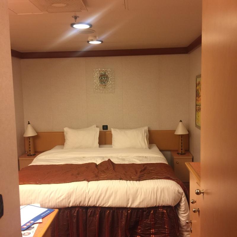 Interior stateroom cabin category 4g carnival dream for Dream cabins